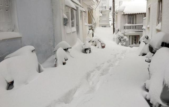 Χιονίζει στα ορεινά της Μαγνησίας. Αποκαθίστανται ζημιές στα νησιά