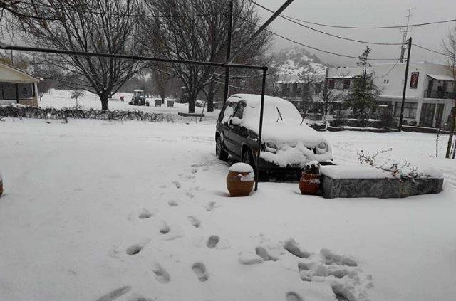 Σαρώνει την Ηπειρο ο χιονιάς. Μάχη για να μείνει ανοιχτό το οδικό δίκτυο