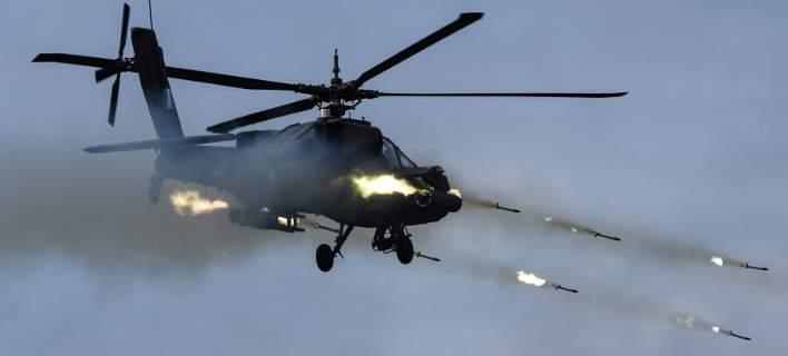 Τα επιθετικά ελικόπτερα Apache της Αεροπορίας Στρατού κόβουν την ανάσα [βίντεο]