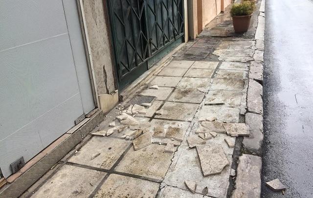 Σπασμένα πλακάκια