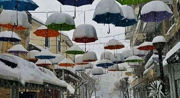 Γέμισαν χιόνι οι χρωματιστές ομπρέλες της Καρδίτσας