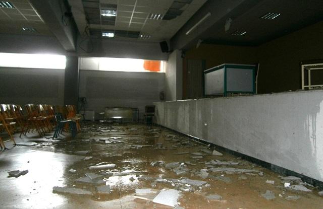 Κατέρρευσε ψευδοροφή σε αίθουσα του 2ου Γυμνασίου Τρικάλων [photos]