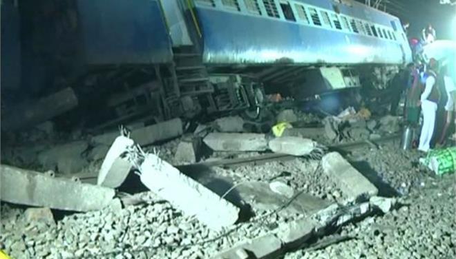 Εκτροχιασμός τρένου στην Ινδία με περισσότερους από 36 νεκρούς