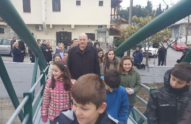 Εγκαινιάστηκε η νέα πεζογέφυρα στον Κραυσίδωνα