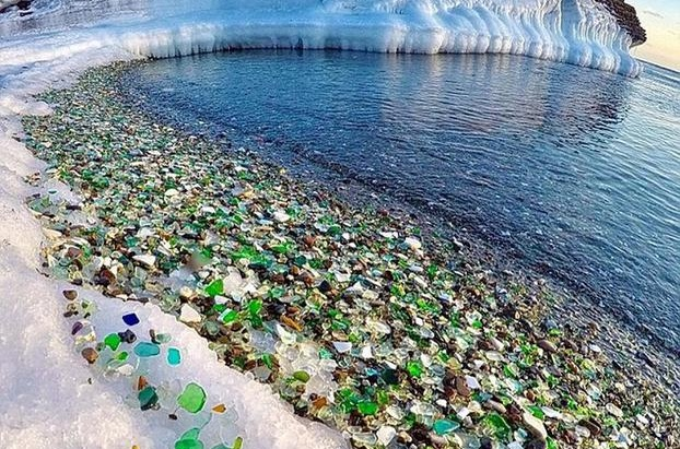 Η φύση μετέτρεψε πεταμένα μπουκάλια σε βότσαλα «κοσμήματα» σε παραλία της Ρωσίας