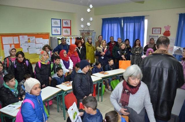 Με χειροκροτήματα υποδέχτηκαν προσφυγόπουλα σε δημοτικό σχολείο της Λάρισας