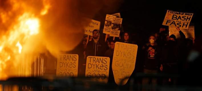 Βίαιες διαδηλώσεις στο Μπέρκλεϊ: Φοιτητές έβαλαν φωτιές για ομιλία του ακροδεξιού Μίλωνα Γιαννόπουλου