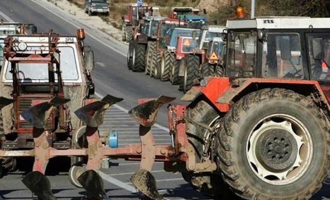 Στην αερογέφυρα Πετροπόρου έχουν παρατάξει τα τρακτέρ αγρότες της Φαρκαδόνας