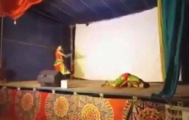 Ξεψύχησε χορεύοντας στην σκηνή, αλλά οι θεατές νόμισαν ότι ήταν μέρος της παράστασης