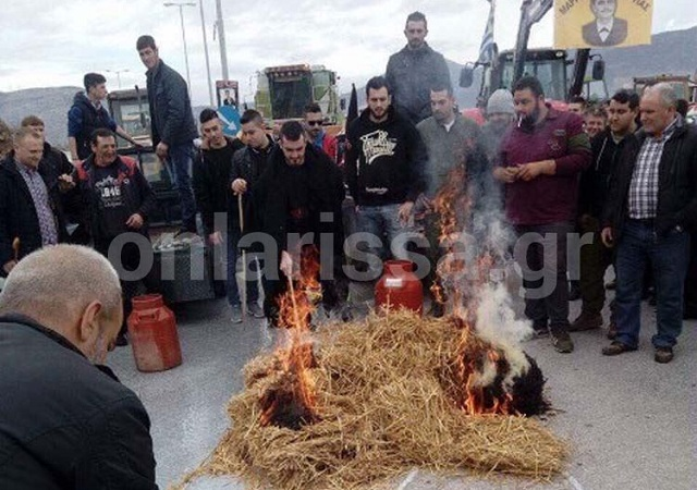 Κτηνοτρόφοι έριξαν γάλα και έβαλαν φωτιά σε ζωοτροφές
