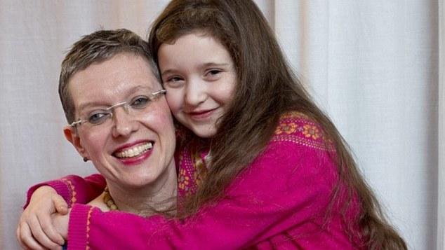 Μητέρα εξακολουθεί να θηλάζει την 6 ετών κόρη της