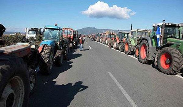 «Άνοιξαν» οι αγρότες τα Τέμπη