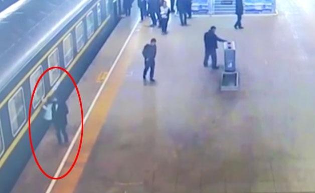 Κοριτσάκι σώθηκε από θαύμα όταν έπεσε στο κενό μεταξύ αποβάθρας και τρένου