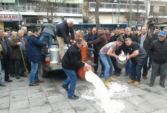 Πλημμύρισαν με γάλα την πλατεία Νομαρχίας στη Λάρισα οι κτηνοτρόφοι