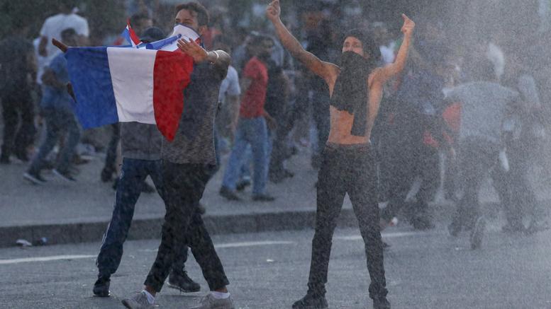 Τα προάστια του Παρισιού φλέγονται. Αγριες συγκρούσεις που θυμίζουν 2005