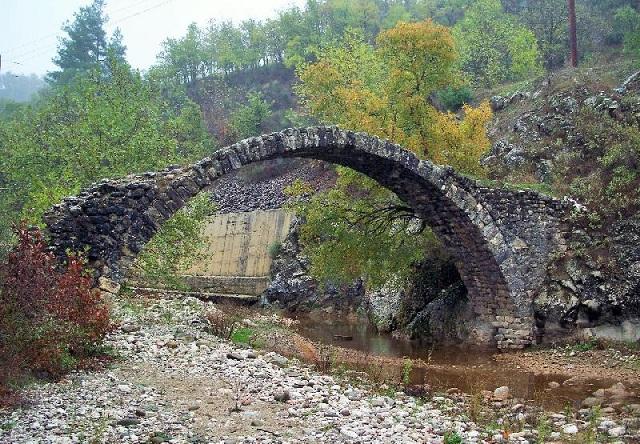 Κινδυνεύουν με κατάρρευση μνημεία αιώνων στην Αργιθέα