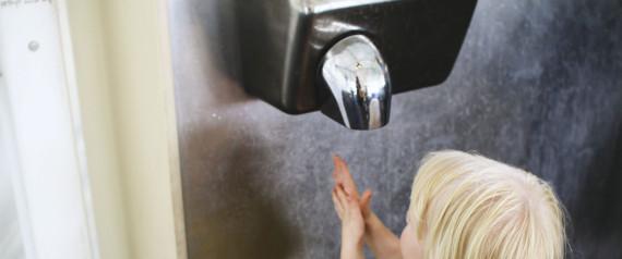 Γιατί τελικά καλύτερα να αποφεύγετε τον στεγνωτήρα χεριών στις δημόσιες τουαλέτες