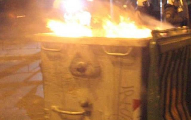 Αγνωστοι συνεχίζουν να πυρπολούν κάδους στο κέντρο της Λάρισας