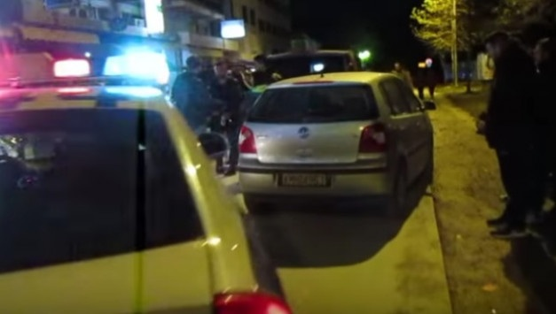 Φοιτήτρια σε κατάσταση αμόκ. Πανικός και ζημιές σε 22 αυτοκίνητα [video]