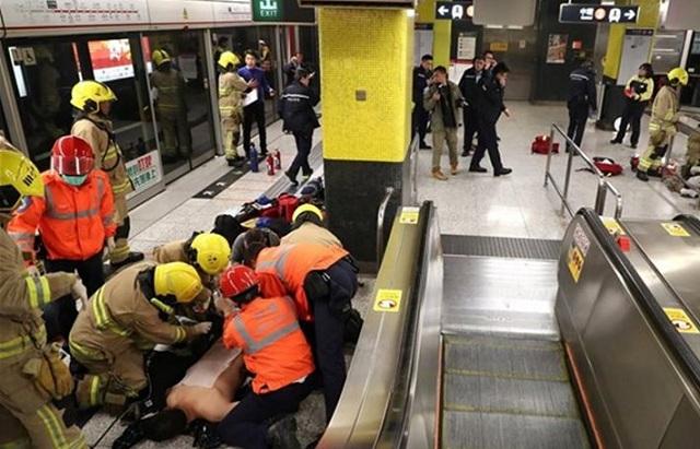 Τρόμος στο Χονγκ Κονγκ: Πυρομανής έβαλε φωτιά σε βαγόνι του μετρό. Δεκάδες τραυματίες