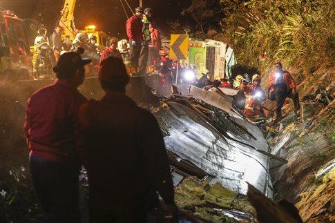 Δεκάδες νεκροί από ανατροπή τουριστικού λεωφορείου στην Ταϊβάν