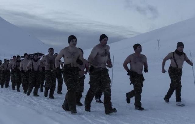 Γυμνοί στα χιόνια οι Έλληνες κομάντο [εικόνες]