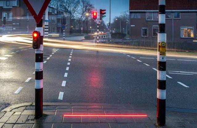 Πεζοδρόμια - σηματοδότες από… το μέλλον για όσους είναι κολλημένοι στο κινητό τους