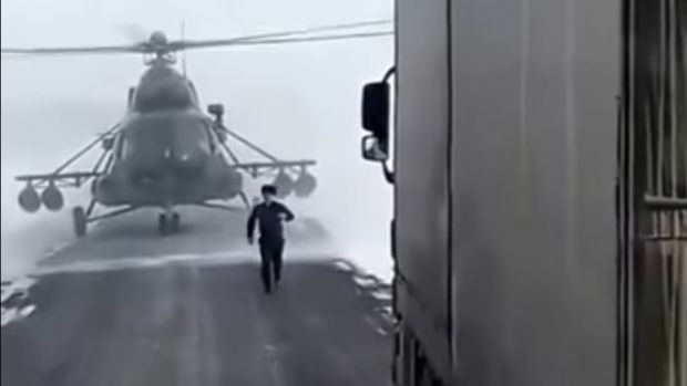 Προσγείωσε στρατιωτικό ελικόπτερο στην μέση του δρόμου για να... ρωτήσει που να πάει [video]