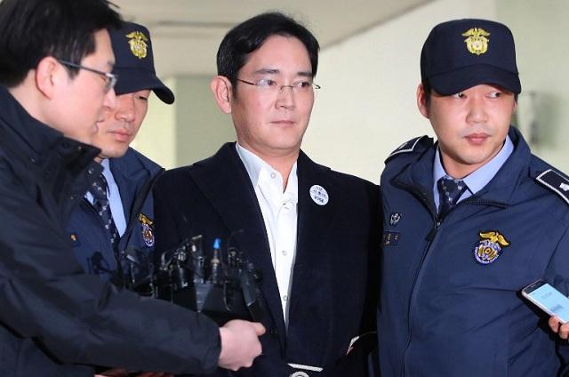 Δεμένος με λευκό σχοινί οδηγήθηκε στον ανακριτή ο επικεφαλης της Samsung