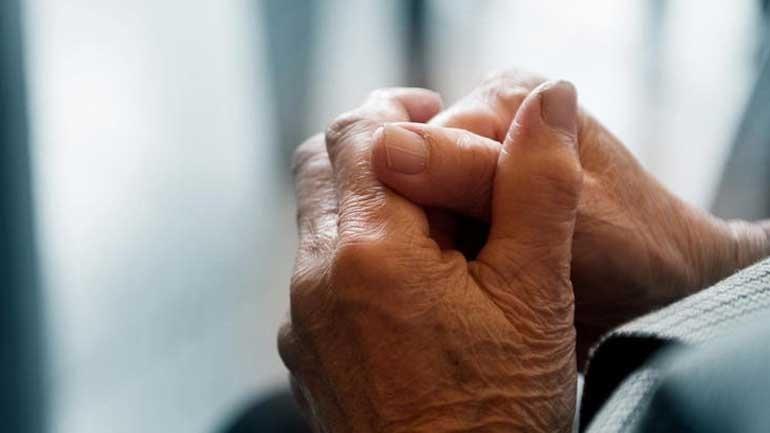 Πάτρα: Χτύπησαν 90χρονο για να κλέψουν 50 ευρώ