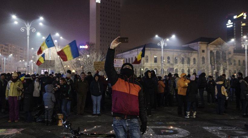 Χιλιάδες Ρουμάνοι στους δρόμους κατά της κυβέρνησης και της διαφθοράς