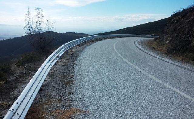 Προχωρά η τοποθέτηση στηθαίων στο οδικό δίκτυο της ΠΕ Λάρισας
