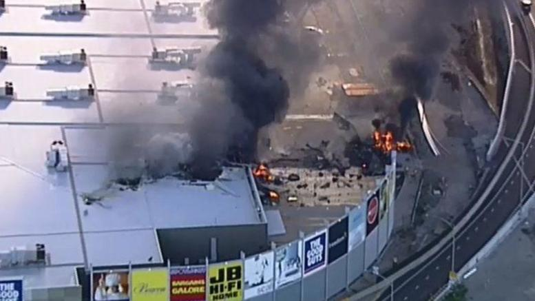 Πέντε νεκροί από συντριβή αεροπλάνου σε εμπορικό κέντρο