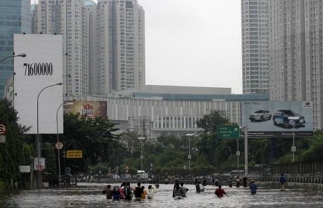 Ινδονησία: «Βούλιαξε» η Τζακάρτα από τις πλημμύρες