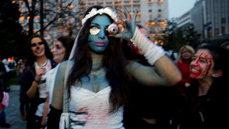 Μασκαράδες μεταμφιεσμένοι σε ζόμπι στο κέντρο της Αθήνας