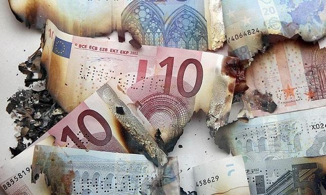 Σταμάτησε στηνκεντρική γέφυρα των Τρικάλων και έβαλε φωτιά στα λεφτά του!