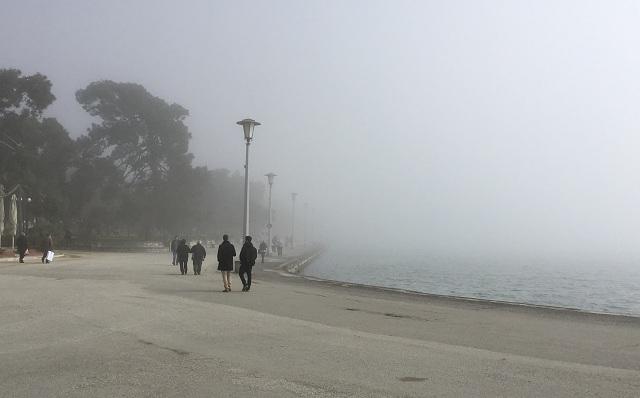 Η ομίχλη «εξαφάνισε» τον Αγ. Κωνσταντίνο Βόλου [εικόνες]