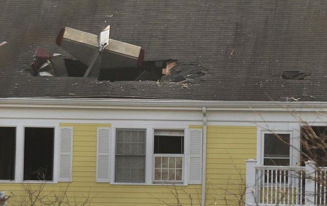 Καρφώθηκε με το αεροπλάνο στη στέγη σπιτιών. Νεκρός ο πιλότος