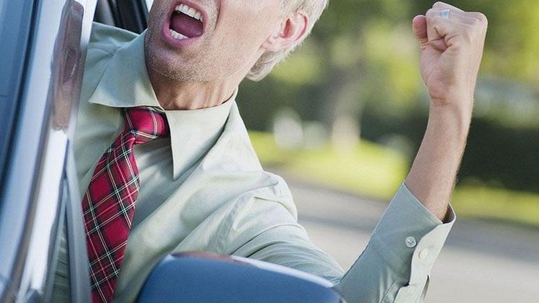 Οδηγός γρονθοκόπησε πεζό λόγω... αργού βαδίσματος