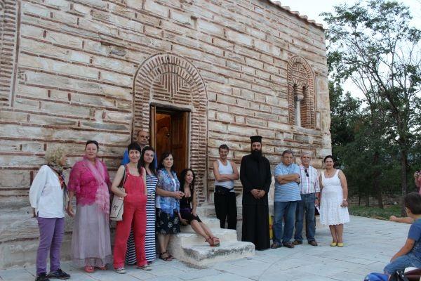 Δεκάδες ενήλικες αλλά και μαθητές επισκέπτονται τον Αγ. Νικόλαο Καναλίων