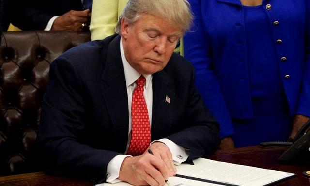 Νέο αντιμεταναστευτικό διάταγμα υπέγραψε ο Τραμπ