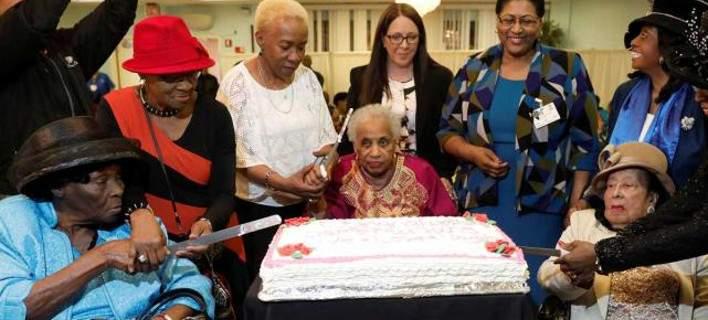 Εκλεισαν τα 100 με πάρτι στο γηροκομείο: Ο Θεός και η... κοτόσουπα τα μυστικά μακροζωίας
