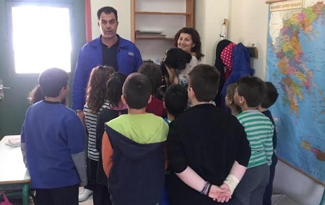 Μαθητές άνοιξαν αγκαλιά σε αδέσποτο κουταβάκι