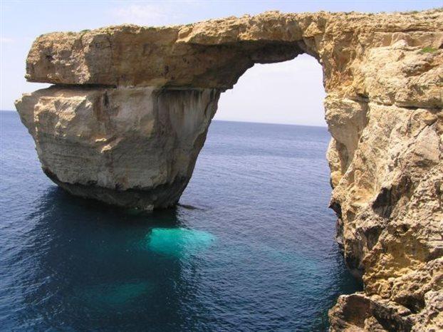 Κατέρρευσε στη θάλασσα η περίφημη πέτρινη αψίδα της Μάλτας