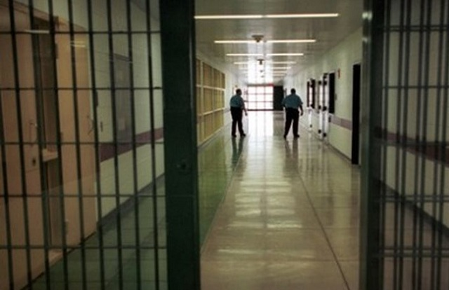 Καταγγελία φυλακισμένου: Μου σήκωσαν την μπλούζα και με χειρούργησαν με χειροπέδες