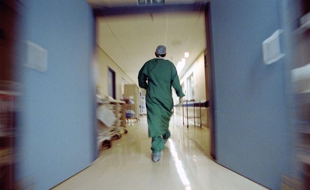 Σοβαρά τραυματισμένος γιατρός του Ελπίς που έπεσε στο κενό