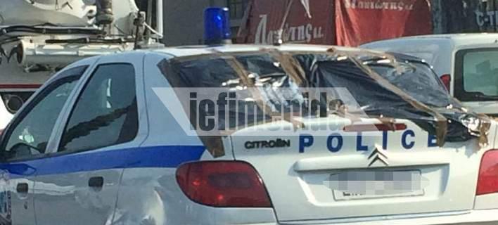 Περιπολικό κυκλοφορεί στην εθνική οδό με σπασμένο το πίσω παρμπρίζ, καλυμμένο με σακούλες