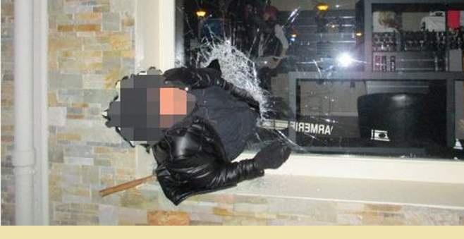 Διαρρήκτης σφήνωσε σε τρύπα που άνοιξε στη βιτρίνα κοσμηματοπωλείου! [εικόνες]