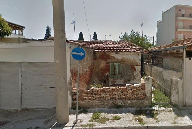 Φωτιά σε εγκαταλελειμμένο σπίτι δίπλα από μονοκατοικίες