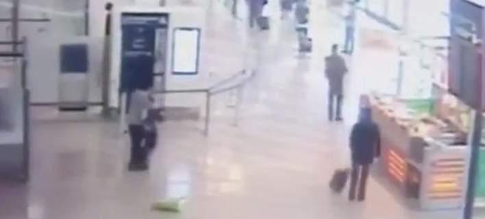 Βίντεο ντοκουμέντο: Η στιγμή της επίθεσης στο αεροδρόμιο Ορλί. Αρπαξε από τον λαιμό στρατιωτικό